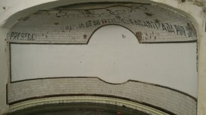 Este espacio en el interior de la boca del metro de la Glorieta de Bilbao recuerda la importancia de la radio
